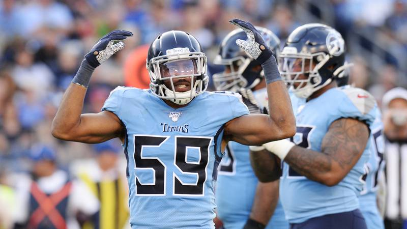 Tennessee Titans inside linebacker Wesley Woodyard (59) encourages the crowd in the second half...