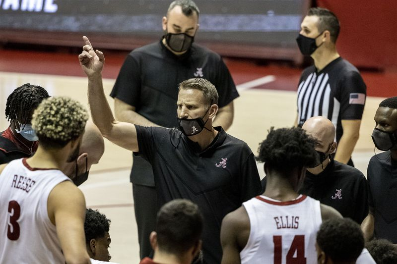 Alabama head coach Nate Oats, center, works with his team during the second half of an NCAA...