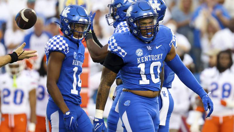 Kentucky linebacker Jacquez Jones (10) celebrates stopping a Florida drive during their NCAA...