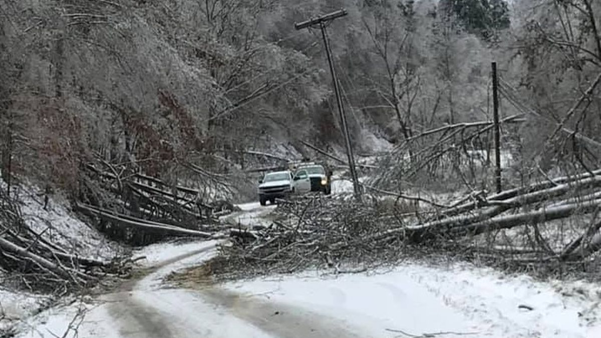 Big Sandy RECC crews on Route 1092 in Flatgap, Kentucky (Johnson County)