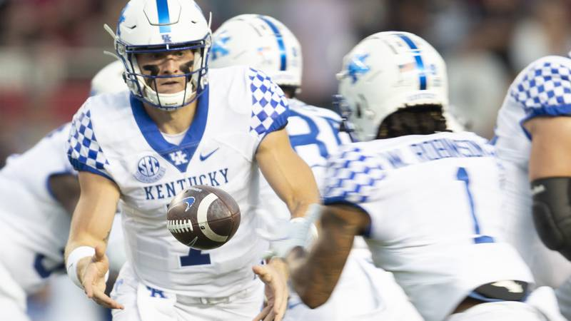 Kentucky quarterback Will Levis (7) pitches the ball to Kentucky wide receiver Wan'Dale...