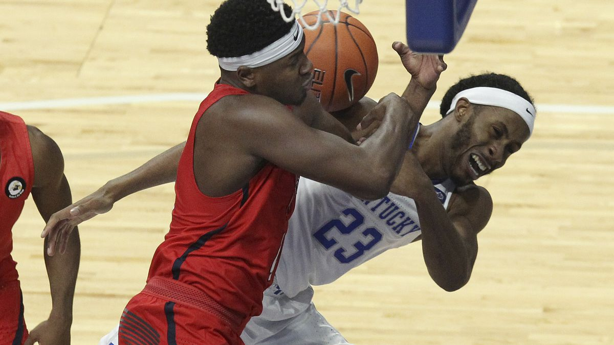 Kentucky's Isaiah Jackson (23) and Richmond's Nathan Cayo, left, battle for a rebound during...