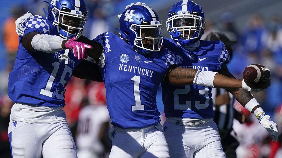 Kentucky defensive back Kelvin Joseph (1), linebacker Jordan Wright (15), and Kentucky...